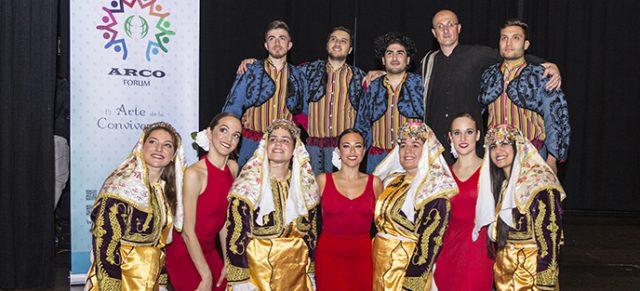 Combinación de danzas folklóricas turca y española