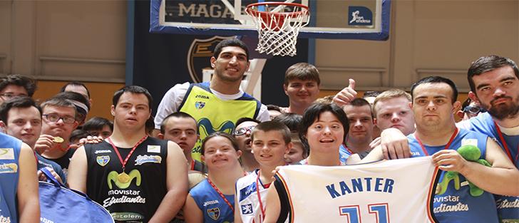 Enes Kanter, jugador de la NBA, visita Casa Turca